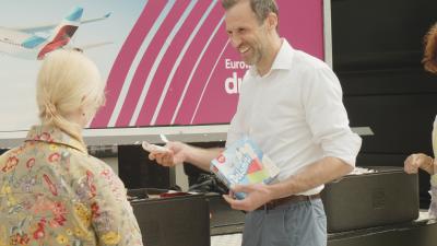 Ben Weidmann ist bei Eurowings Dicover Ansprechpartner für die Veranstalter – und war bei der Guerilla-Aktion vorne mit dabei. Er verteilte unter anderem Eis an die Gäste.