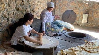 Unesco-Welterbe: Frauen backen das traditionelle armenische Brot Lavash.