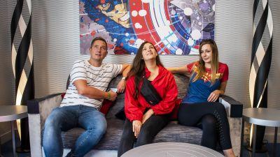 Unsere drei Reporter Sascha Peters (Derpart Reisebüro Wuppertal-Cronenberg), Saskia Heckmann (LCC Merkana Reisen in  Remscheid) und Randi Cramm (Reisebüro Hamburger Meile)  erholen sich während einer Tour durch Disney's Hotel New York – The Art of Marvel.