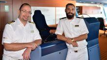 Brückencrew ist startklar: Staff Captain Frank Jacobi (links) und Safety Officer Andre Schalowski freuen sich auf die ersten Gäste.