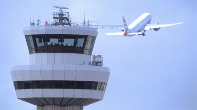 Gatwick-Airport_control-tower-with-aircraft-11111