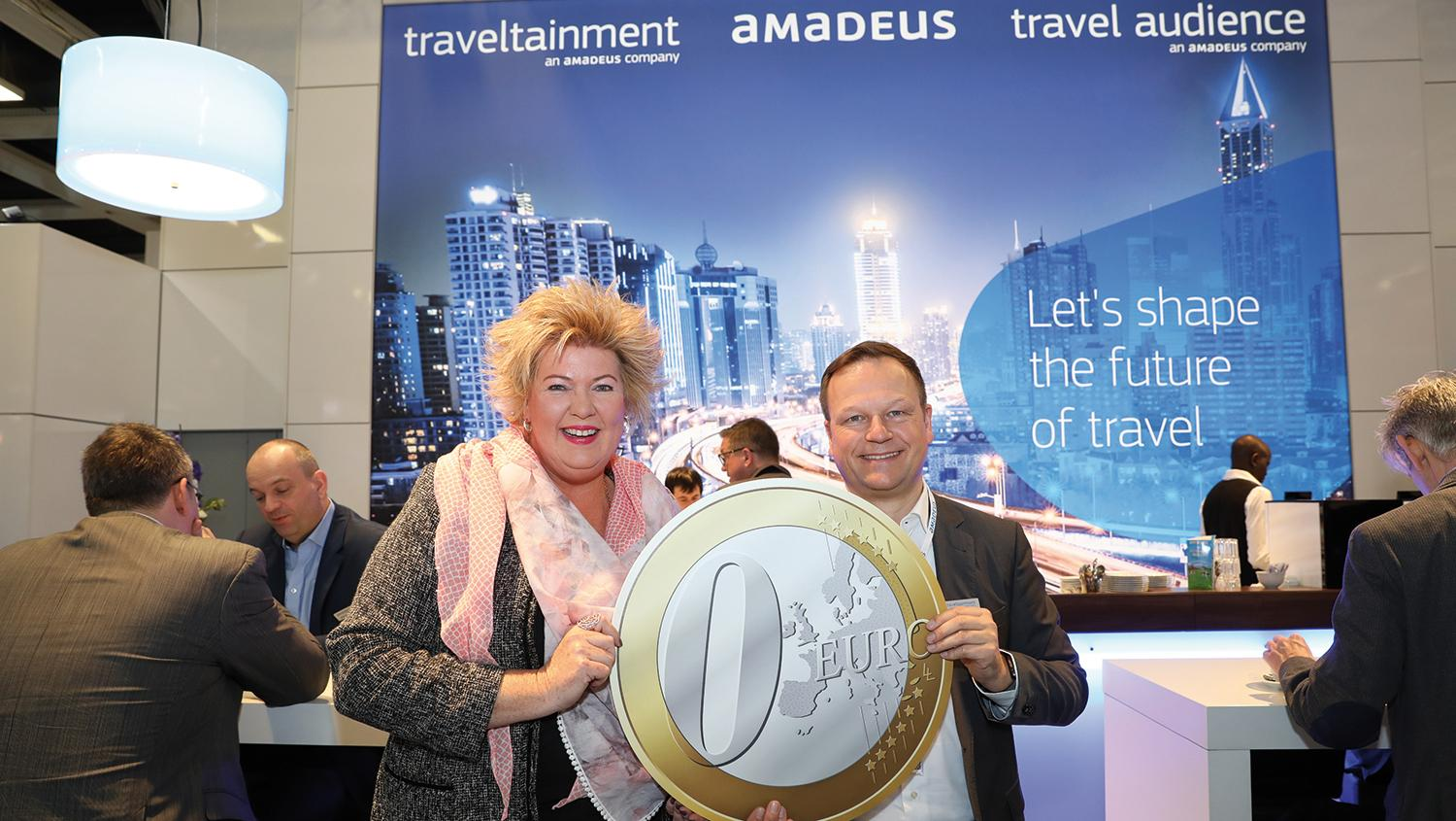 Uta Martens (Amadeus Germany) und Oliver Rengelshausen (Traveltainment) stellen das Tool am Messestand vor.