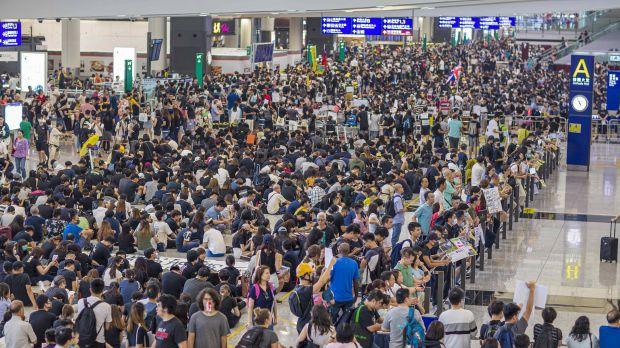 Hongkongs Flughafen streicht alle Abflüge wegen Protesten