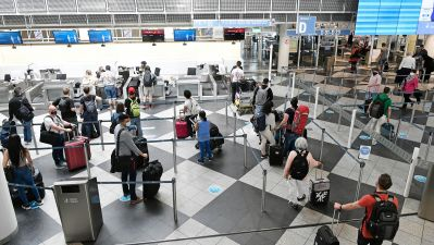 Air travel in Corona times: passengers at a security checkpoint at MUC airport.